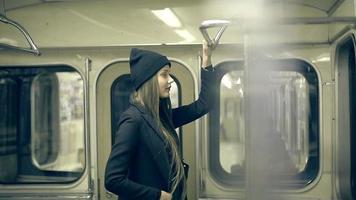 chica adolescente monta el metro por la noche video