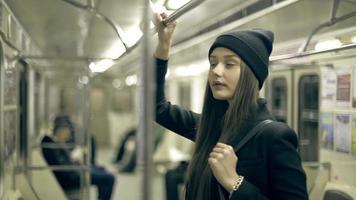 menina adolescente anda de metrô à noite