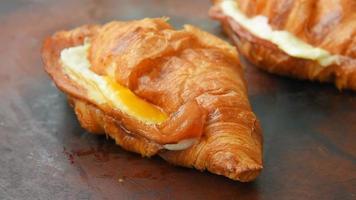croissant crujiente de jamón y queso con glaseado de miel y mostaza video