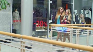Mädchen gehen mit und reden gleichzeitig einkaufen, einkaufen, Zeitlupe