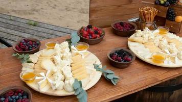 mesa de madeira festiva na rua com comida diferente em welkom video