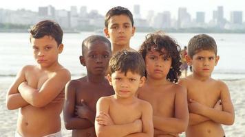 garotos brasileiros posam e parecem durões na praia