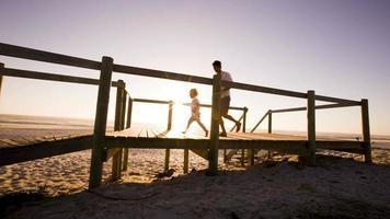pai e filho correndo no cais