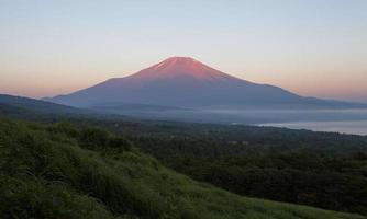 cima de la montaña fuji color rojo foto