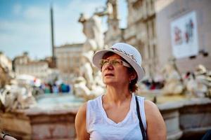 mulher de chapéu em Roma na piazza navona