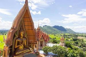 templo tailandês wat thum sua em kanjanaburi, tailândia