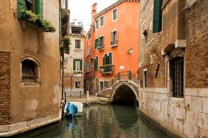 Canal y puente en Venecia, Italia. foto