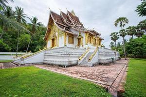 templo en museo del palacio real de luang prabang foto