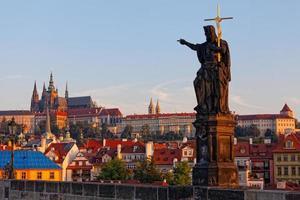 Escultura en el puente de Carlos en Praga foto