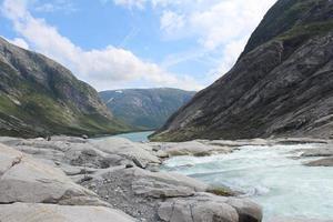 hermoso paisaje de noruega. montañas y río.