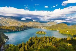 lago sangrado en los alpes julianos, eslovenia. foto