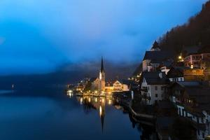 amanhecer no lago hallstatt, salzkammergut, alpes austríacos