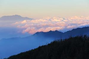montaña con hermosa niebla al atardecer, bromo foto
