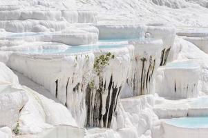 Piscinas y terrazas de travertino en Pamukkale, Turquía foto