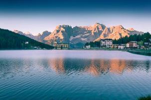 colorida mañana de verano en el lago misurina
