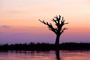 puesta de sol en el lago taungthaman, myanmar foto