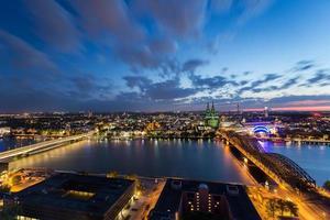 Kölner Skyline Luftbild in der Nacht mit bewölktem Himmel