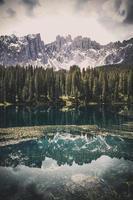 lago con bosque y montañas.