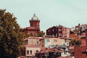 paisaje urbano del casco antiguo con torre ubicada en la colina