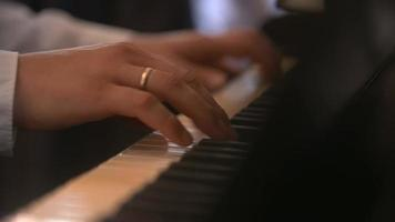 mains mâles jouant les touches du piano. video