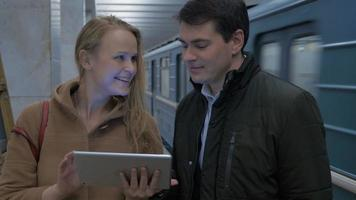 jovens com computador tablet no metrô video