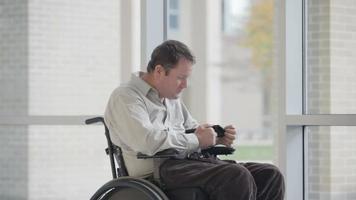 homem tetraplégico lutando para usar um computador tablet