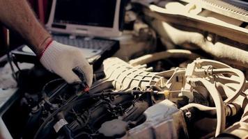 servicio de automóvil, diagnóstico por computadora: el mecánico busca errores en el automóvil