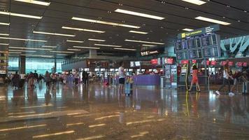 timelapse - overvolle mensen op de luchthaven van singapore