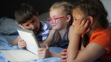 los niños juegan en la tableta video