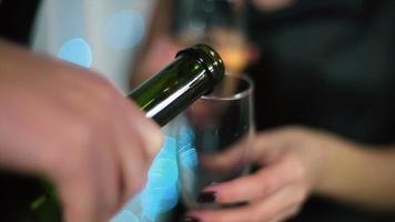 o homem de terno preto sai da garrafa, a mulher de vestido de noite preto segurando um copo