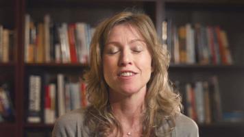 mulher conversando por vídeo
