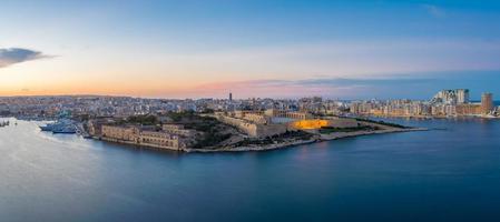 Vista panorámica de Malta y Fort Manoel en la hora azul