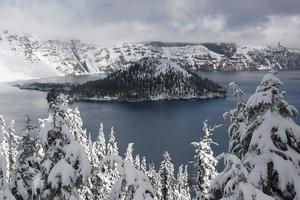 isla del mago, lago del cráter - oregon foto