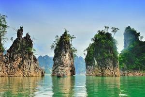 Represa Ratchaprapha en el Parque Nacional Khao Sok, Tailandia foto