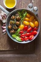 tomates cherry rojos y amarillos multicolores en una sartén de aluminio foto