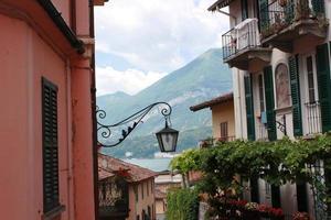 Bellagio estrecho callejón en el lago de Como en Lombardía, Italia
