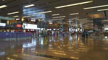 Zeitraffer überfüllte Leute am Flughafen in Singapur