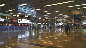 timelapse overvolle mensen op de luchthaven van singapore