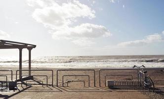 Valla para bicicletas en la playa durante el día