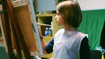 la ragazza sta disegnando un'immagine con il pennello