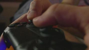 Close-up de manos de hombre jugando juegos de consola con un controlador