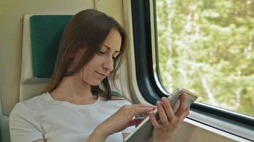 jovem mulher com tablet sentada no trem video