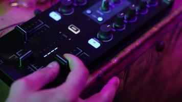 mani dell'ingegnere del suono alla console