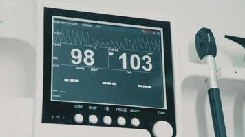Monitor vital signs in veterinary hospital: pulse and animal pressure video
