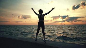 atleta corredor fazendo exercícios à beira-mar