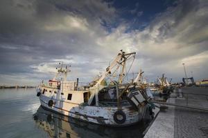 o pôr do sol no porto de pesca