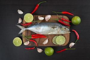 Pescado de caballa cruda con verduras