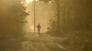hombre corriendo en el bosque al atardecer