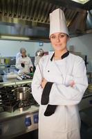 joven chef sosteniendo la cuchara
