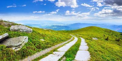 camino en una ladera cerca del pico de la montaña